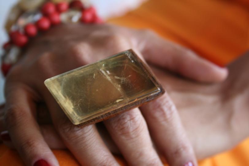 Vai usar amarelo? Então arrase com o enorme anel de Calcita Ótica Amarela !!