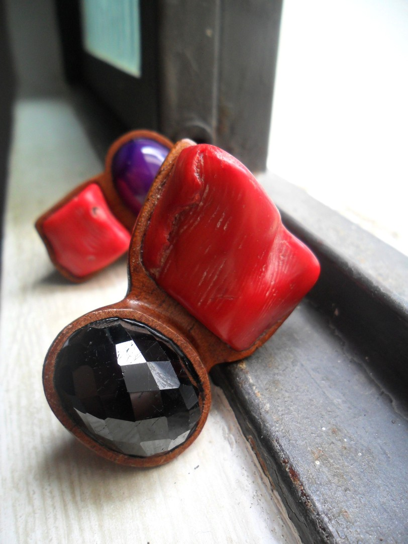 Anel de Coral Vermelho e Turmalina Negra!! O vermelho traz  a paixão e a turmalina negra afasta as energias negativas. Dupla Perfeita!!