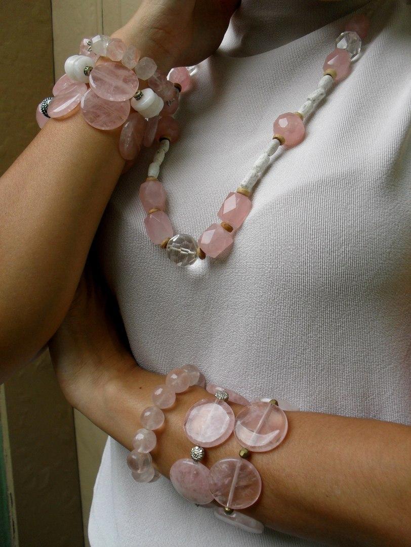 Muito amor!!! Pulseiras e colar de quartzo rosa. Veja as opções disponíveis aqui !