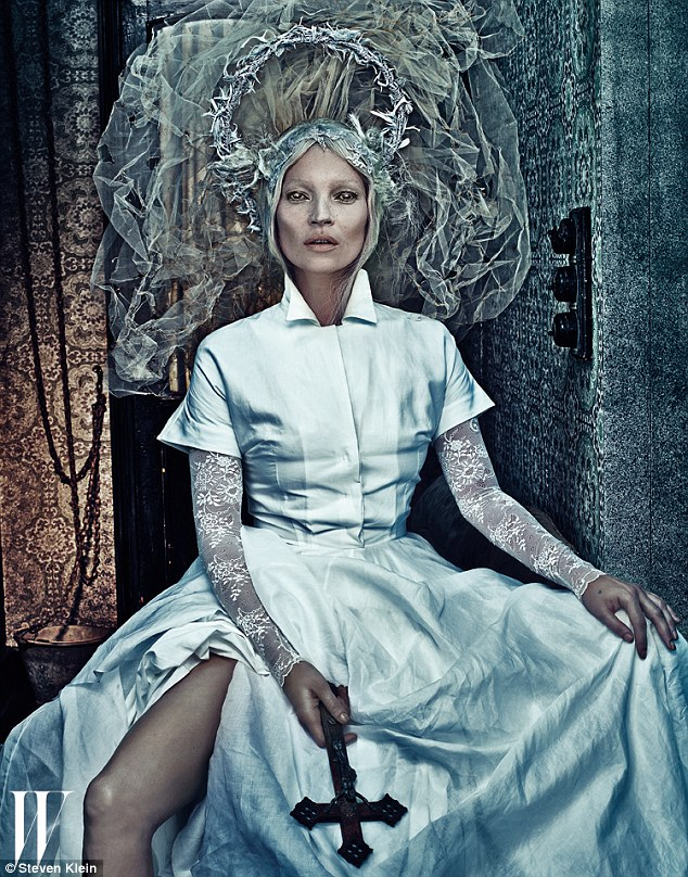 Kate Moss, toda de branco, arrasando no visual mulher de branco, ensaio para W Magazine.