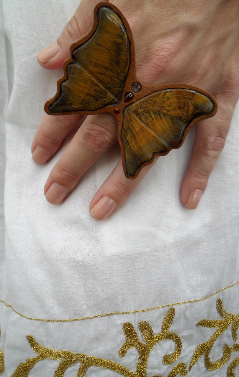 Asas de borboletas esculpidas no olho de tigre, com toda delicadeza...