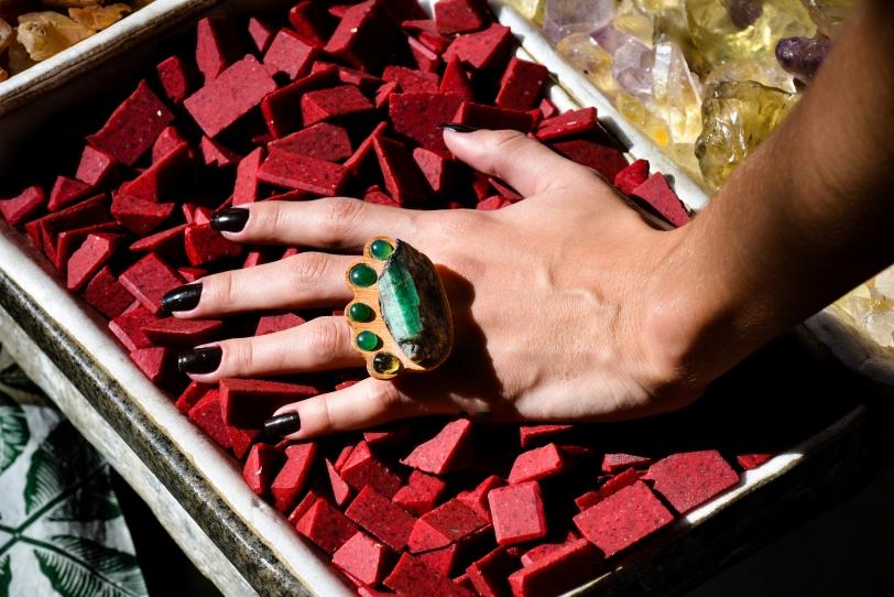 anel esmeralda e pedra vermelha