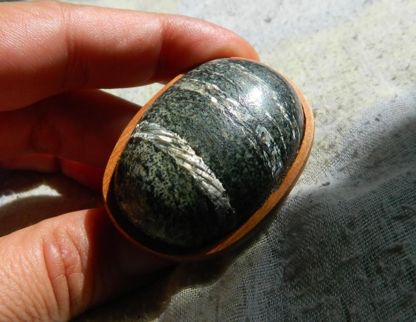 pedra verde com olho branco