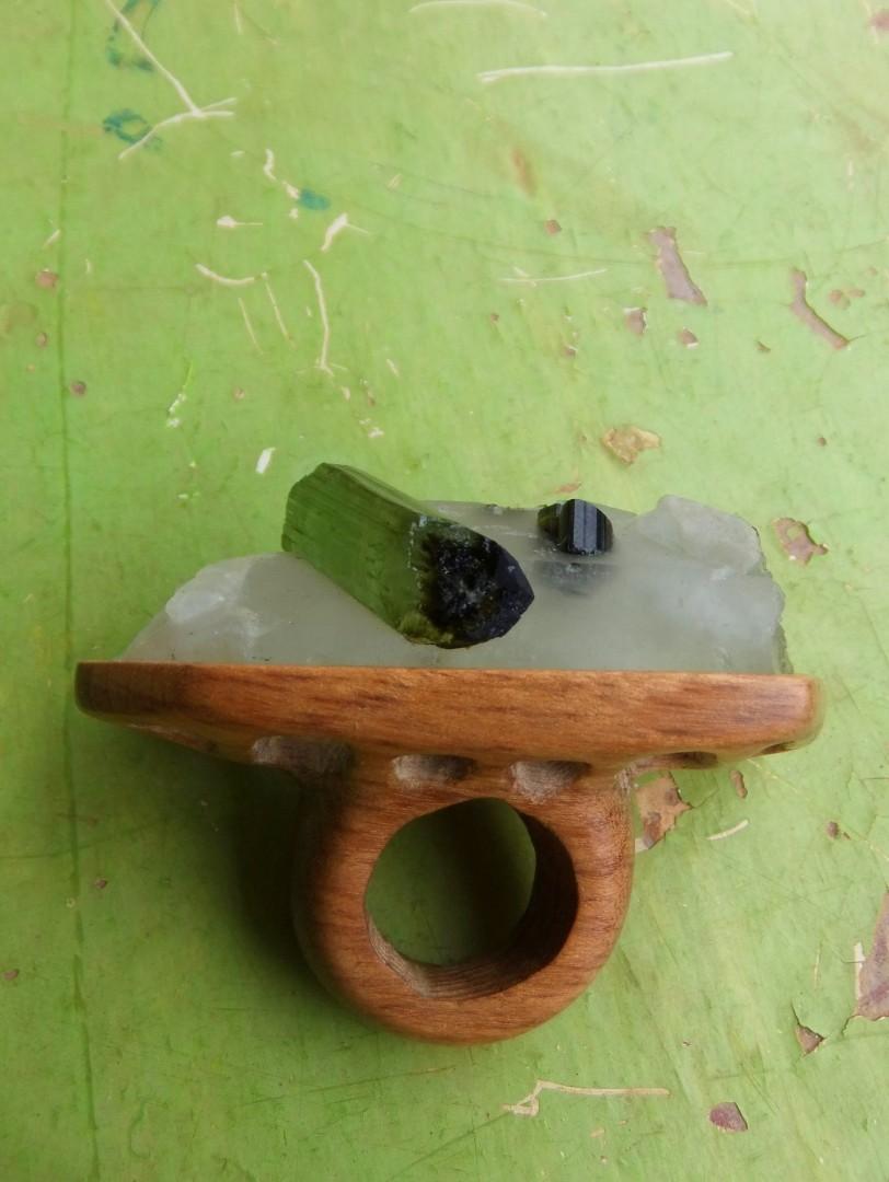 anel turmalina verde bruta ar essencial joias